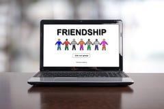 Concept d'amitié sur un ordinateur portable Images libres de droits
