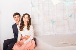 Concept d'amour - étreindre romantique de couples Photos libres de droits