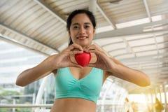 Concept d'amour - aimez dans des mains de l'athlétisme photographie stock