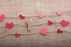 Concept d'amour avec les icônes en forme de coeur dans des fils Photographie stock libre de droits