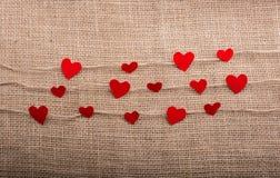 Concept d'amour avec les icônes en forme de coeur dans des fils Photo libre de droits