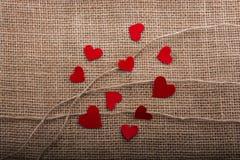 Concept d'amour avec les icônes en forme de coeur dans des fils Images stock