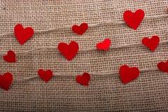 Concept d'amour avec les icônes en forme de coeur dans des fils Photos stock