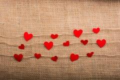 Concept d'amour avec les icônes en forme de coeur dans des fils Photos libres de droits
