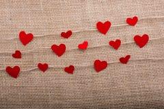 Concept d'amour avec les icônes en forme de coeur dans des fils Image libre de droits