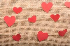 Concept d'amour avec les icônes en forme de coeur dans des fils Image stock