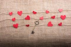 Concept d'amour avec les icônes en forme de coeur dans des fils Photographie stock