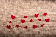 Concept d'amour avec les icônes en forme de coeur dans des fils Photo stock