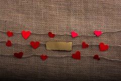 Concept d'amour avec les papiers en forme de coeur dans les fils de toile Photos stock