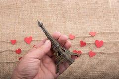 Concept d'amour avec Tour Eiffel à disposition et le coeur Photographie stock
