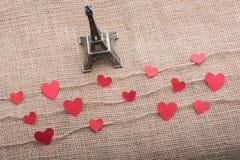 Concept d'amour avec Tour Eiffel et les icônes en forme de coeur Images stock
