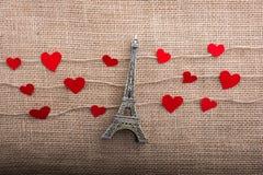 Concept d'amour avec Tour Eiffel et les icônes en forme de coeur Photos libres de droits