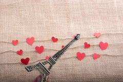 Concept d'amour avec Tour Eiffel et les icônes en forme de coeur Photo libre de droits