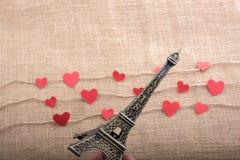 Concept d'amour avec Tour Eiffel et les icônes en forme de coeur Photographie stock libre de droits