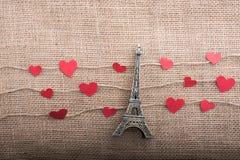 Concept d'amour avec Tour Eiffel et les icônes en forme de coeur Image libre de droits