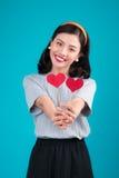 Concept d'amour Belle jeune femme asiatique de sourire Valentines DA Photo libre de droits