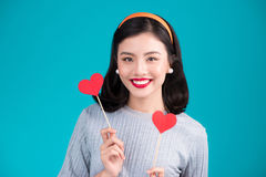 Concept d'amour Belle jeune femme asiatique de sourire Valentines DA Photos libres de droits