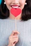 Concept d'amour Belle jeune femme asiatique de sourire Valentines DA Image libre de droits