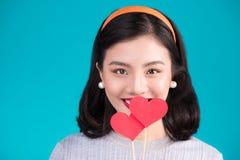 Concept d'amour Belle jeune femme asiatique de sourire Valentines DA Images stock