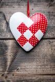 Concept d'amour Coeur accrochant sur une ficelle Photographie stock