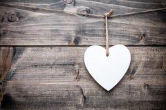 Concept d'amour Coeur accrochant sur une ficelle Photos stock