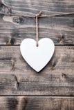 Concept d'amour Coeur accrochant sur une ficelle Photos libres de droits