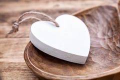 Concept d'amour - coeur blanc dans un rétro plat Image libre de droits