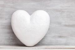 Concept d'amour Coeur sur le fond gris Photographie stock libre de droits
