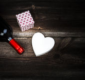 Concept d'amour Coeur, vin et cadeau Images stock