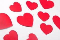 Concept d'amour - coeurs de papier rouges au-dessus de blanc Photo stock