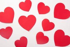 Concept d'amour - coeurs de papier rouges sur le blanc Photos stock