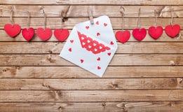 Concept d'amour Coeurs et lettre d'amour accrochant sur une ficelle Photos stock