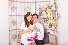 Concept d'amour - couple romantique étreignant et tenant le coeur Images libres de droits