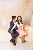 Concept d'amour - couple romantique étreignant et tenant le coeur Photographie stock libre de droits
