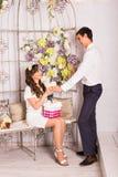 Concept d'amour - couple romantique souriant et tenant le coeur Photos libres de droits