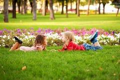 Concept d'amour. Couples des enfants extérieurs Images libres de droits