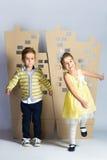 Concept d'amour Couples des enfants garçon et fille avec la ville de carton Photos stock