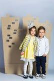 Concept d'amour Couples des enfants garçon et fille avec la ville de carton Photo stock