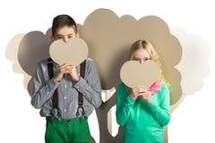 Concept d'amour Couples des enfants Garçon et fille tenant un coeur de carton Photo libre de droits