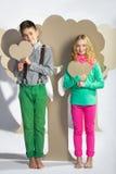 Concept d'amour Couples des enfants Garçon et fille tenant un coeur de carton Photographie stock libre de droits