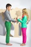 Concept d'amour Couples des enfants le garçon donne à une fille des fleurs de carton Photos stock