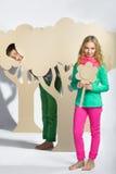 Concept d'amour Couples des enfants le garçon donne à une fille des fleurs de carton Images stock