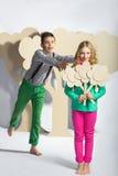 Concept d'amour Couples des enfants le garçon donne à une fille des fleurs de carton Image libre de droits