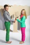 Concept d'amour Couples des enfants le garçon donne à une fille des fleurs de carton Photographie stock libre de droits