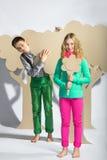 Concept d'amour Couples des enfants le garçon donne à une fille des fleurs de carton Photographie stock