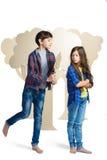 Concept d'amour Couples des enfants le garçon donne un isolat de fleurs de carton de fille sur le blanc Photos stock