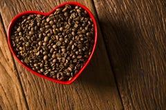 Concept d'amour de café Grains de café au coeur dans le bown Photo libre de droits