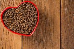 Concept d'amour de café Grains de café au coeur dans le bown Image libre de droits