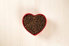 Concept d'amour de café Grains de café au coeur dans le bown Photos libres de droits