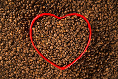 Concept d'amour de café Grains de café au coeur dans le bown Photo stock